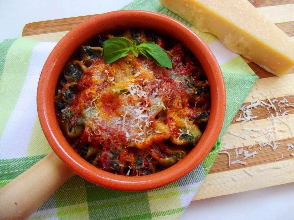 Cochilii umplute cu spanac şi gorgonzola, în sos marinara