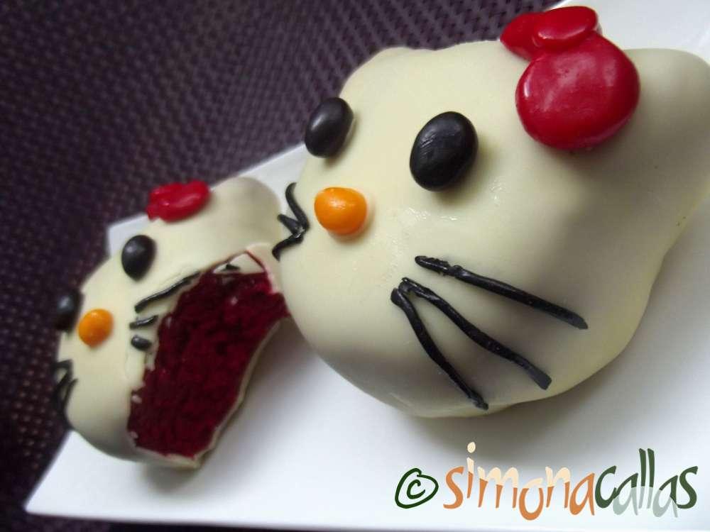 Prajituri Hello Kitty red velvet cu ciocolata