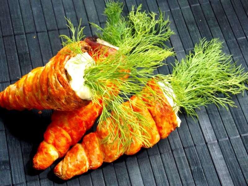 Morcovi din foietaj umpluţi cu salată de ouă