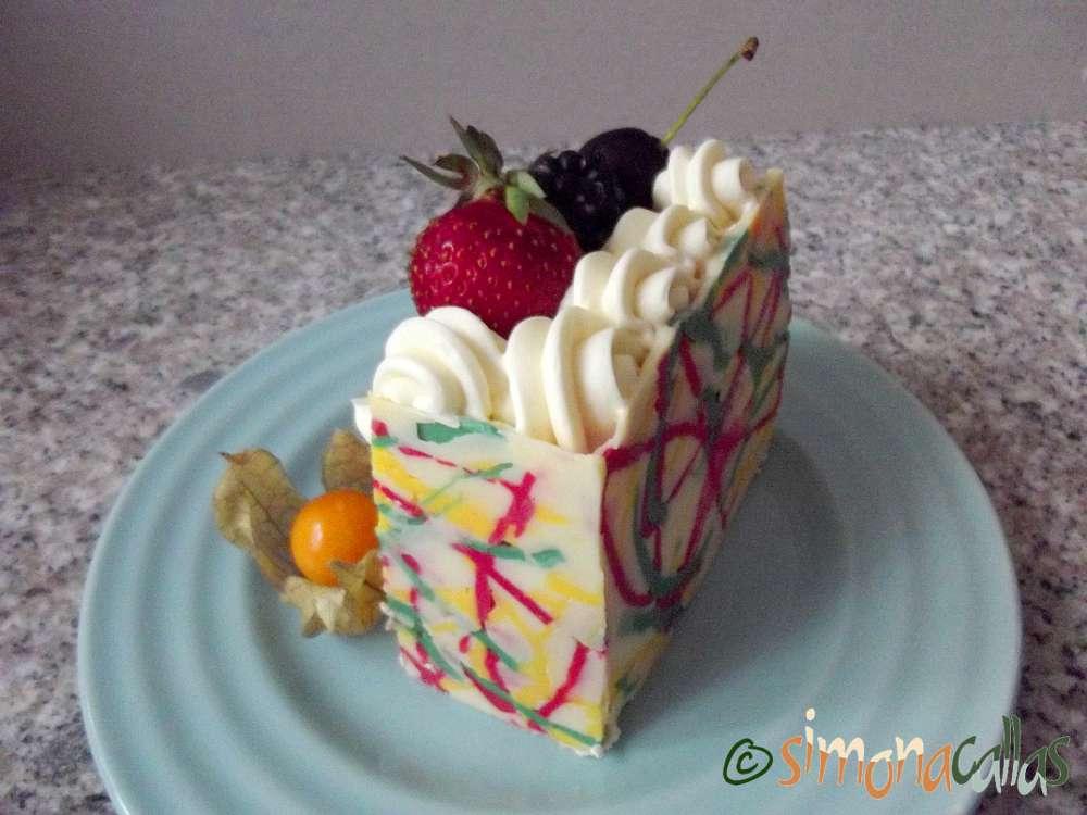 Tort expresionist cu ciocolata alba si fructe