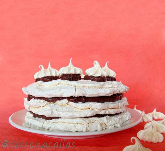 Tort de bezea cu ciocolata simplu si delicios