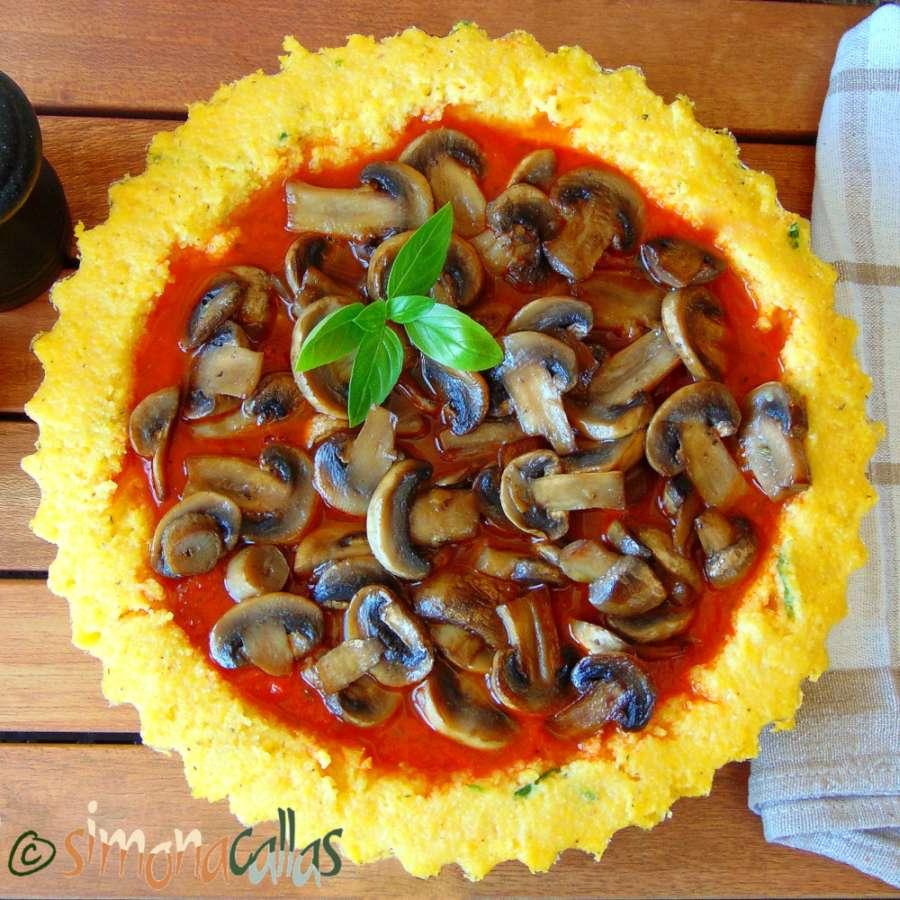 Tarta de mamaliga cu sos tomat si ciuperci