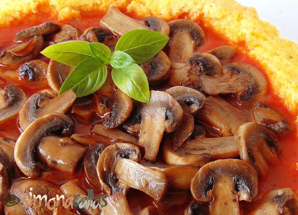 Tarta cu mamaliga si sos tomat