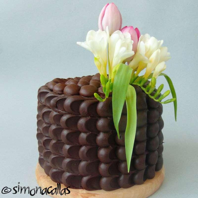 Tort de ciocolata cu interior surpriza savuros si aspectuos
