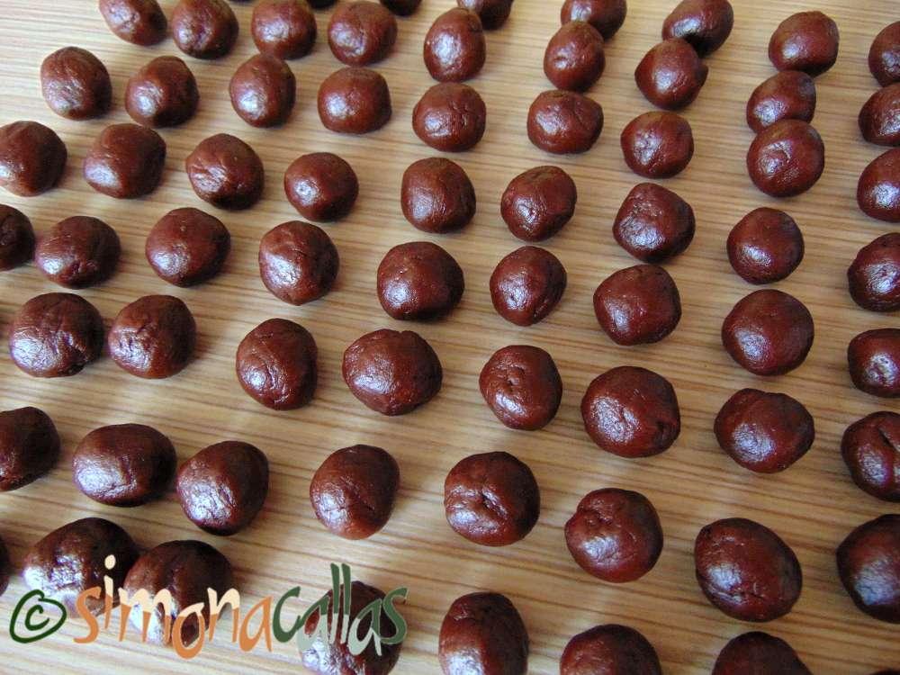 Nuci umplute cu ciocolata fragede si delicioase b