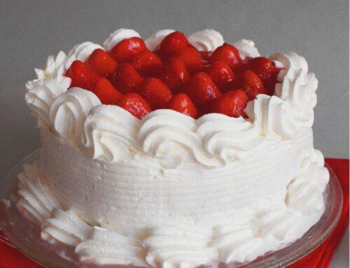 Tort simplu cu frisca si capsune (insiropat si delicios)