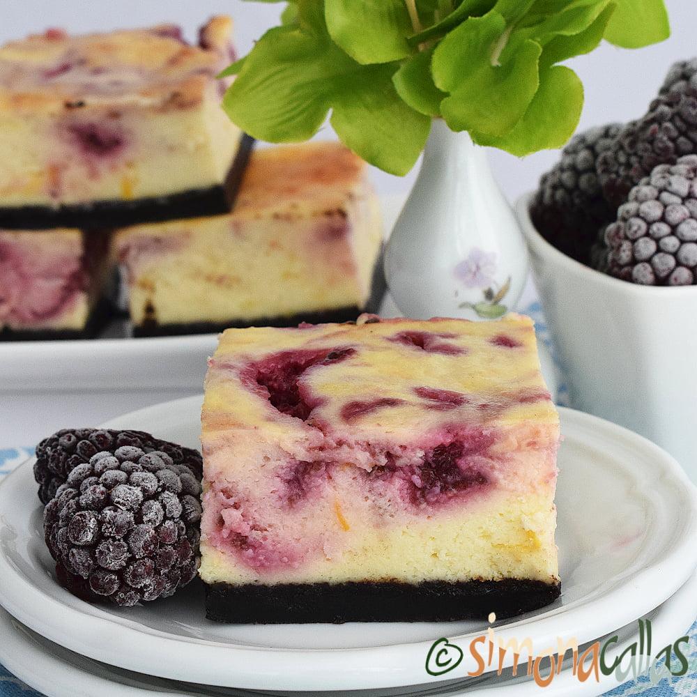 Cheesecake marmorat cu mure si lamaie